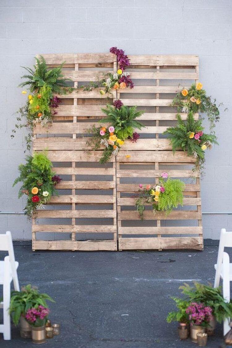 A ideia de jardim vertical de pallets também pode ser usada para decorar cerimônias de casamento