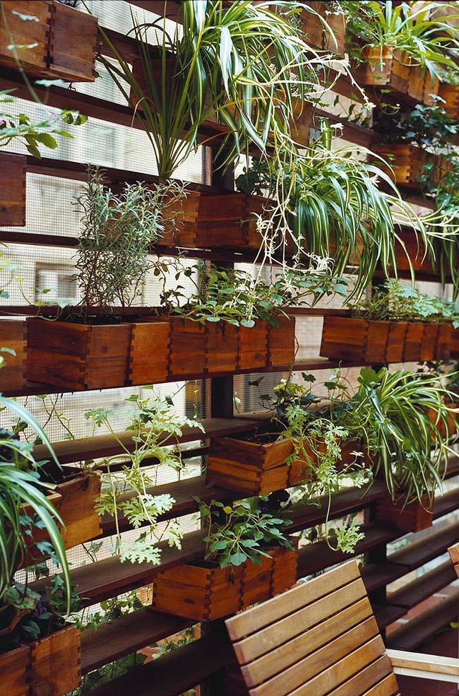 Para aumentar a vida útil do seu jardim vertical, passe uma demão de verniz nos pallets