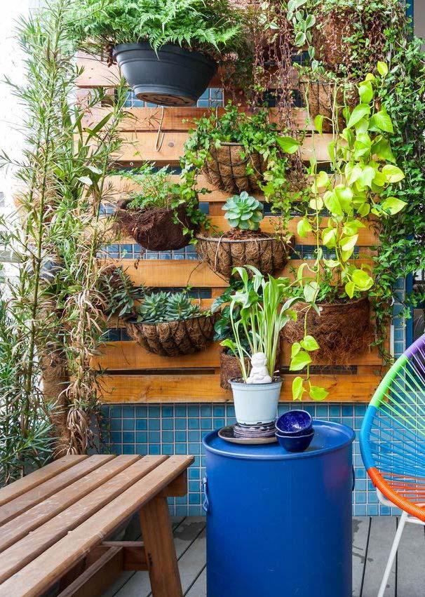 Para quem mora em apartamento, a varanda é o melhor lugar para colocar um jardim vertical