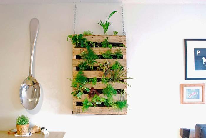 A corrente que segura o mini jardim vertical de pallet ajuda a deixar o ambiente mais moderno e descontraído