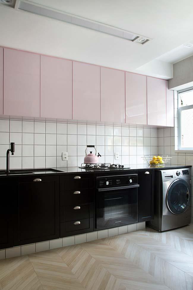 Móveis laqueados: armário aéreo dessa cozinha passou pelo processo de laqueamento
