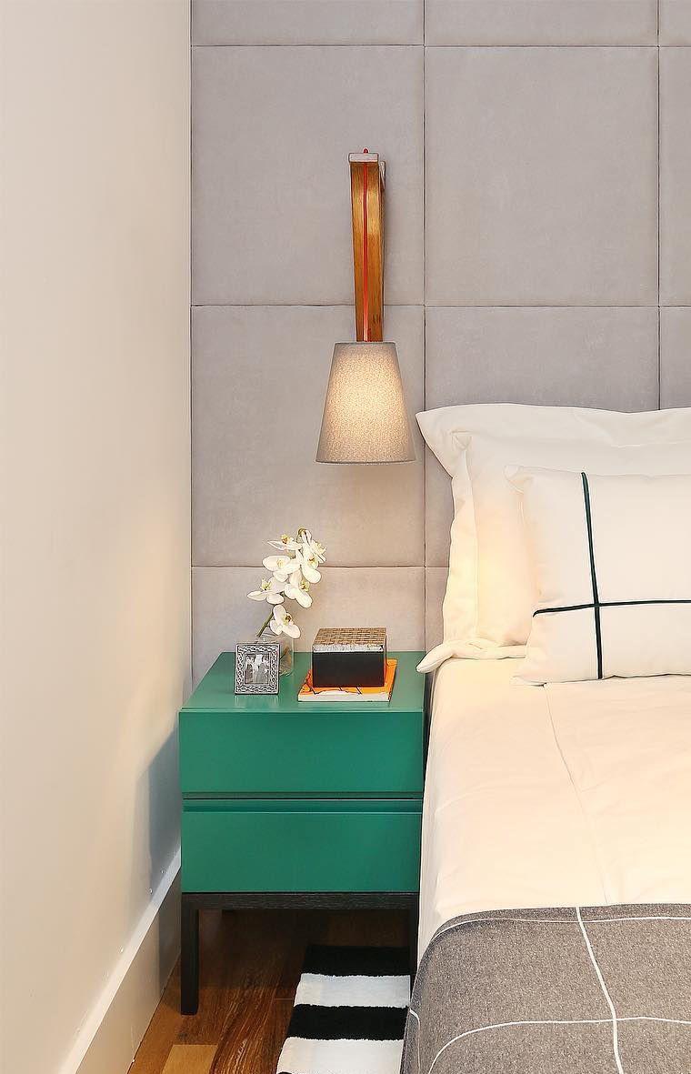 Móveis laqueados: tom esverdeado do criado-mudo laqueado se destaca em meio aos tons neutros do quarto