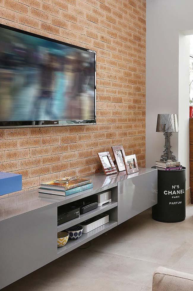 Móveis laqueados: o rack cinza laqueado ajuda a deixar a sala mais moderna