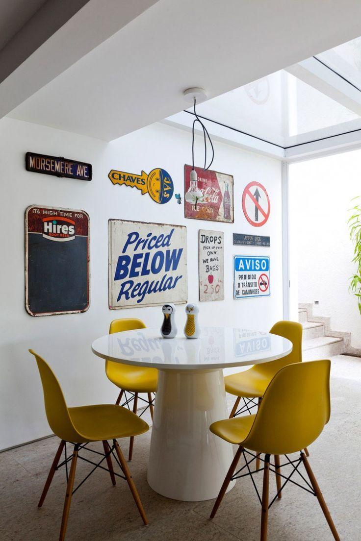 Móveis laqueados: ambiente de tons neutros ganhou vida com as cadeiras amarelas laqueadas