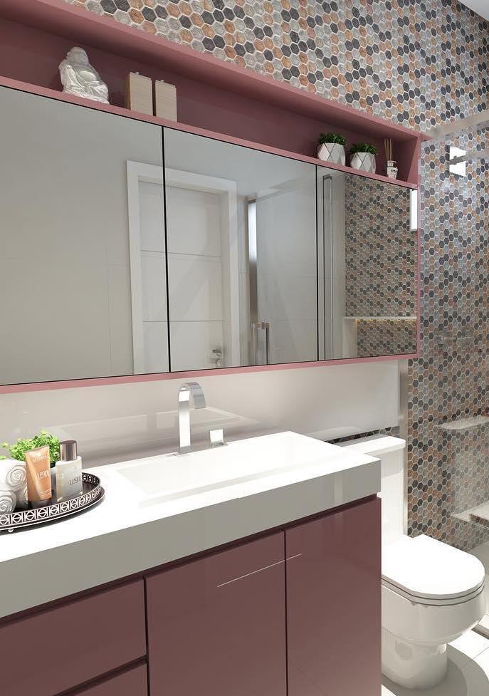Móvel laqueado do banheiro combina com as cores das pastilhas