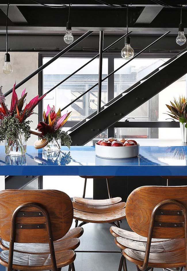 Uma mesa azul vibrante em laca para modernizar o ambiente