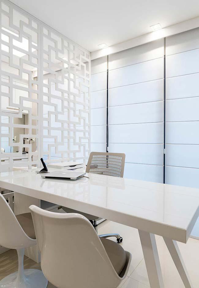 Quer algo clean e sofisticado para o escritório? Então aposte em uma mesa de laca branca