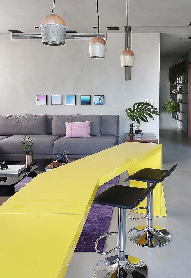 Decoração industrial com mesa laqueada