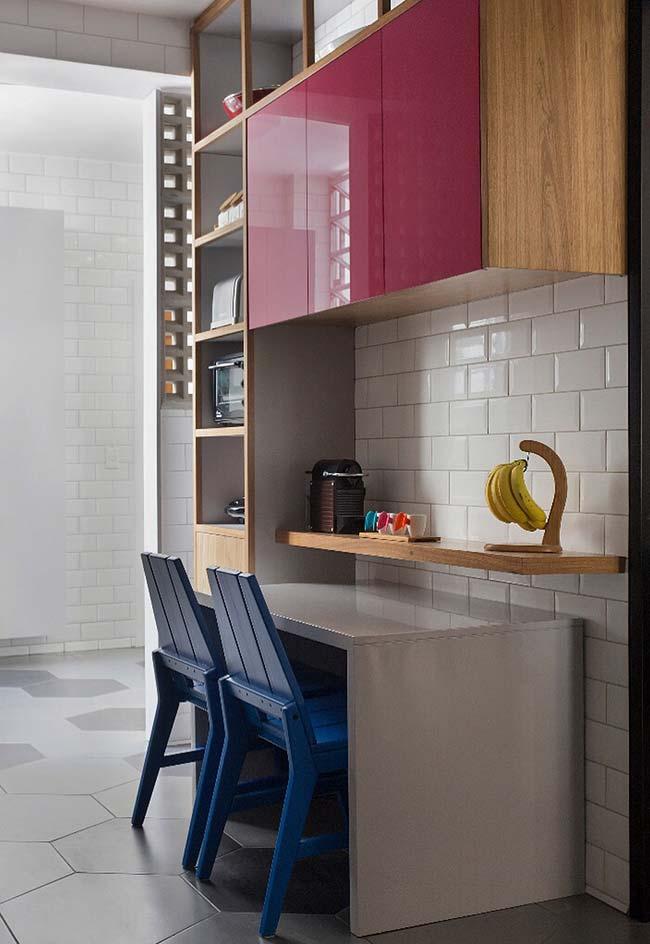 Cozinha com cores sob medida apostou no brilho do acabamento laqueado