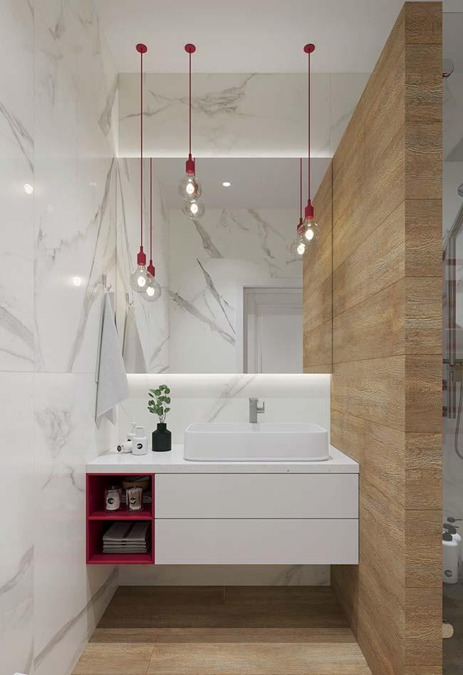 Entre a parede de mármore e a de madeira, uma bancada laqueada duas cores
