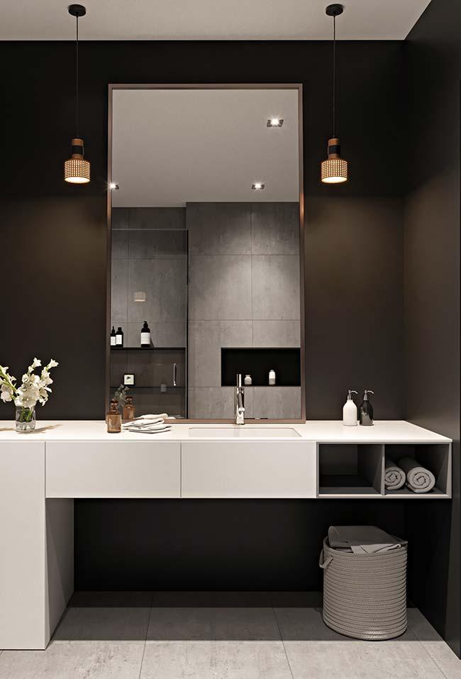 Móveis laqueados: armário de banheiro branco laqueado em contraste com a parede preta