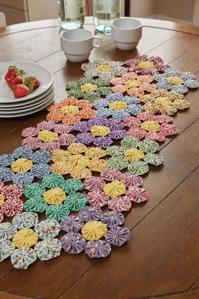 Nessa imagem, os fuxicos se uniram em formato de flor para dar vida a um caminho de mesa