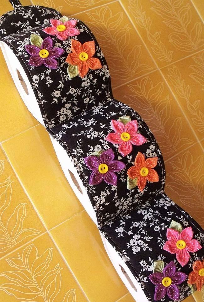 Porta papel higiênico ficou mais bonito e colorido com os fuxicos de flor