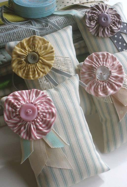 Mini travesseiros delicadamente decorados com fita e fuxicos