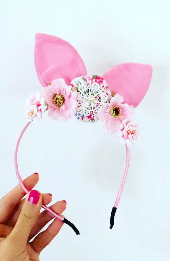 Nessa tiara de cabelo, fuxicos e flores convivem em perfeita harmonia