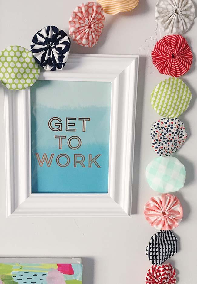 Se você está sem muito tempo para fazer artesanato, apenas coloque os fuxicos na parede ou sobre algum móvel