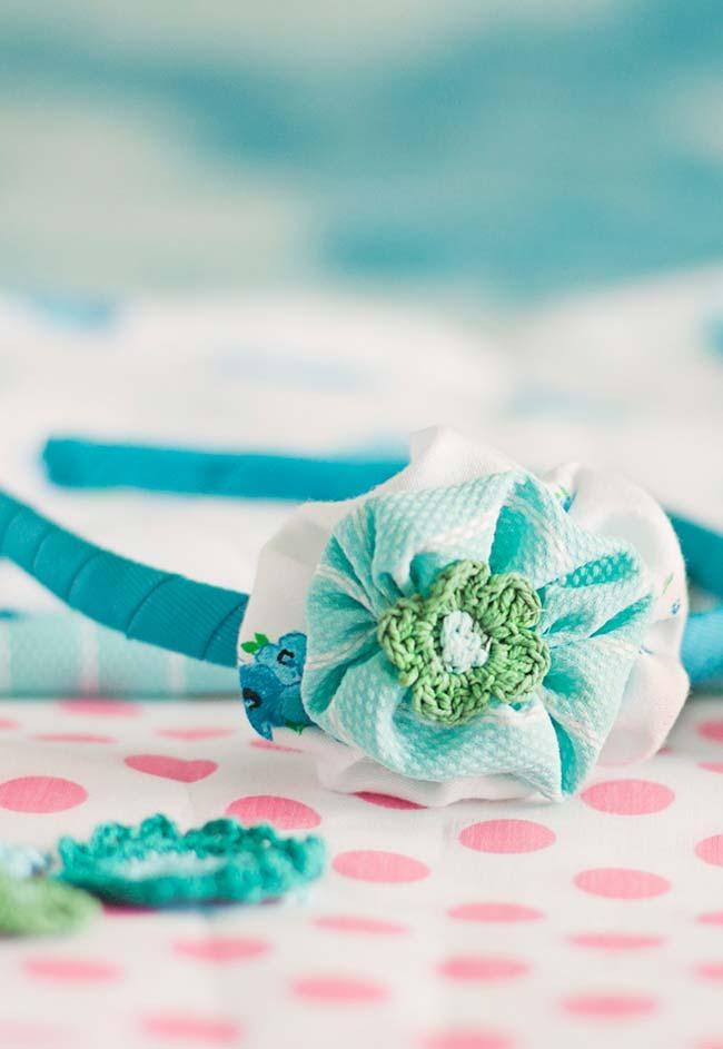 Riqueza de detalhes: essa tiara de cabelo recebeu uma flor feita com dois fuxicos de tecido e um miolinho de crochê