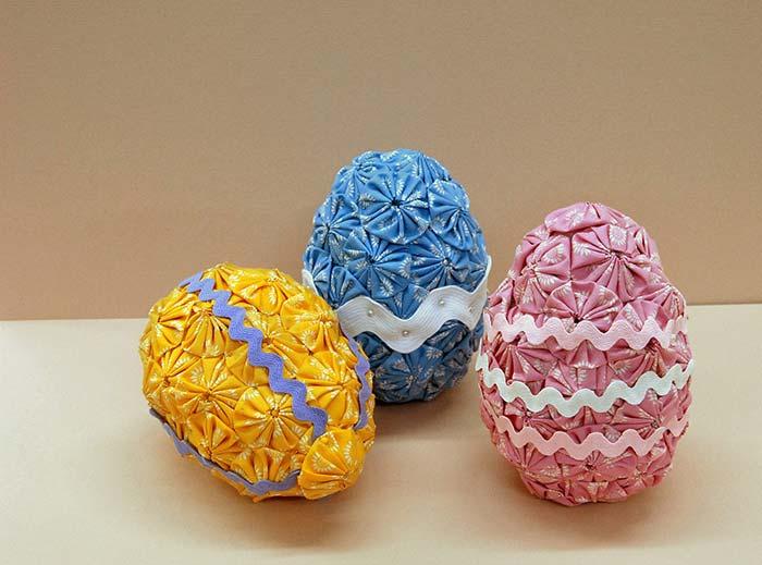 Já pensou em fazer ovos de páscoa com fuxicos? Olha essa ideia