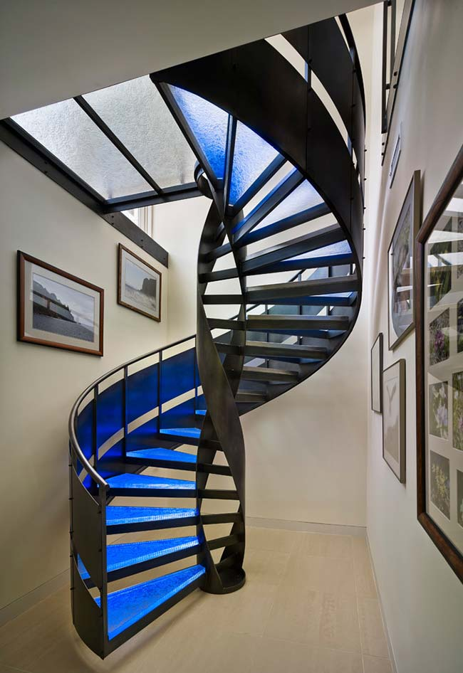 Escada espiral num estilo tecnológico
