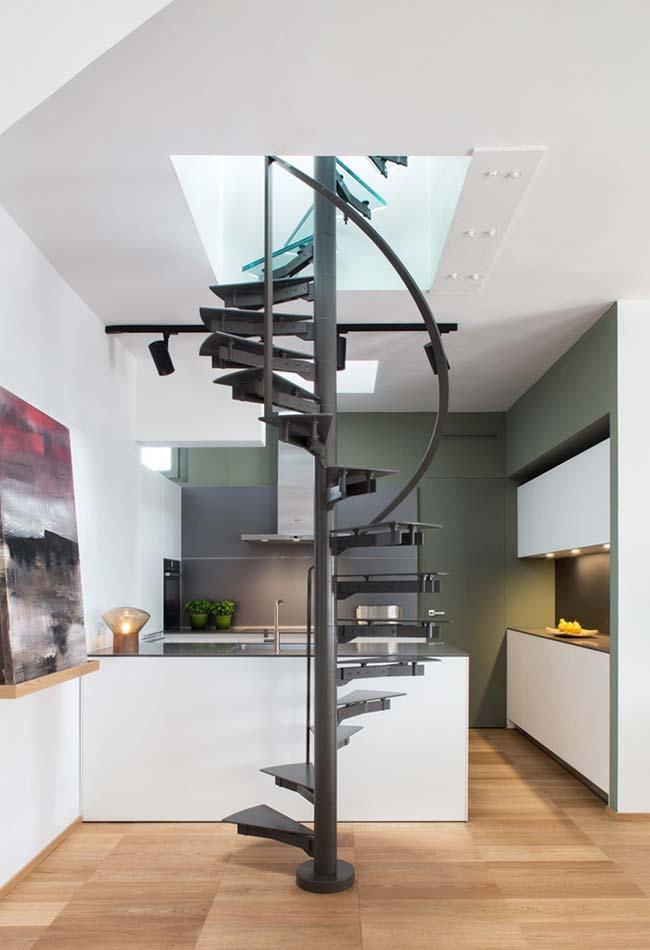 Aposte em uma escada espiral em casas e apartamentos pequenos