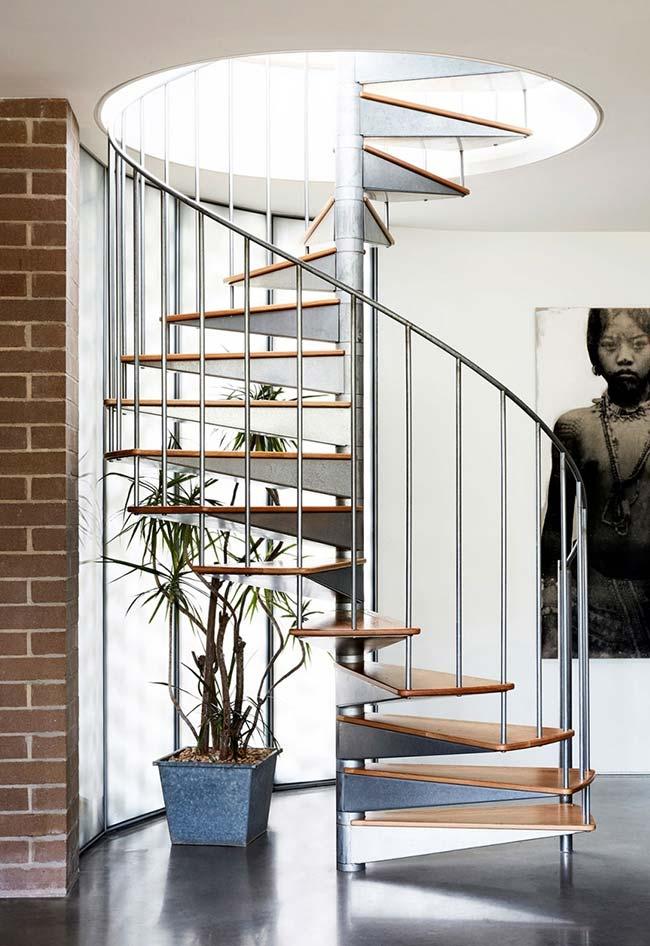 Alumínio e chapas de madeira em uma escada espiral leve e dinâmica