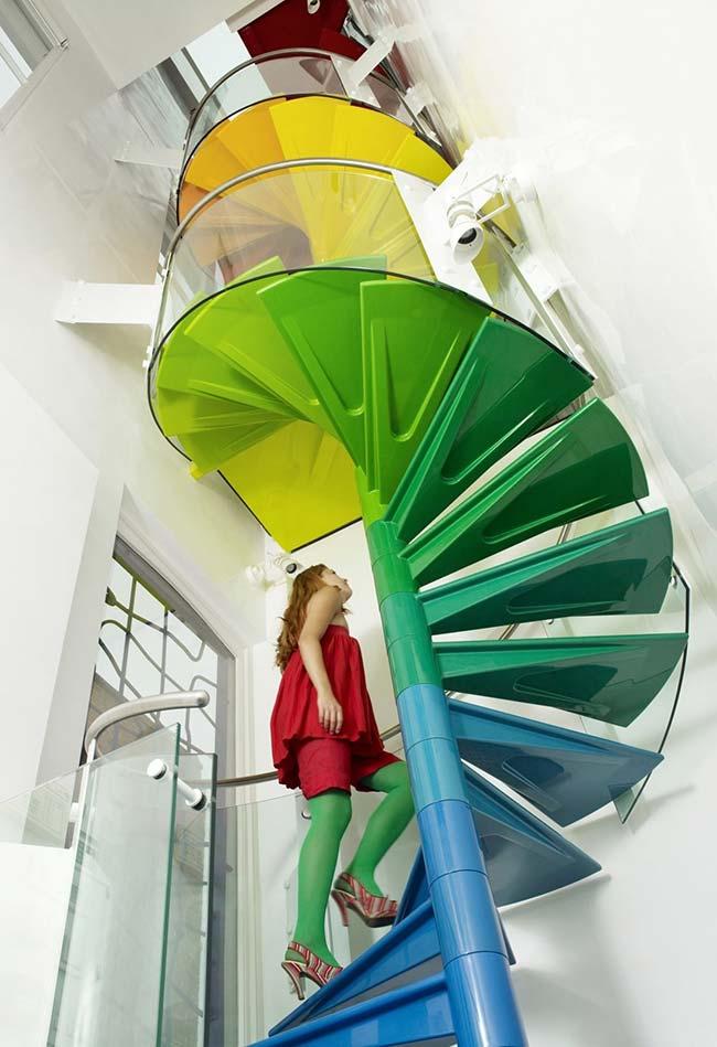 Aproveite o tamanho da escada espiral e brinque com ela
