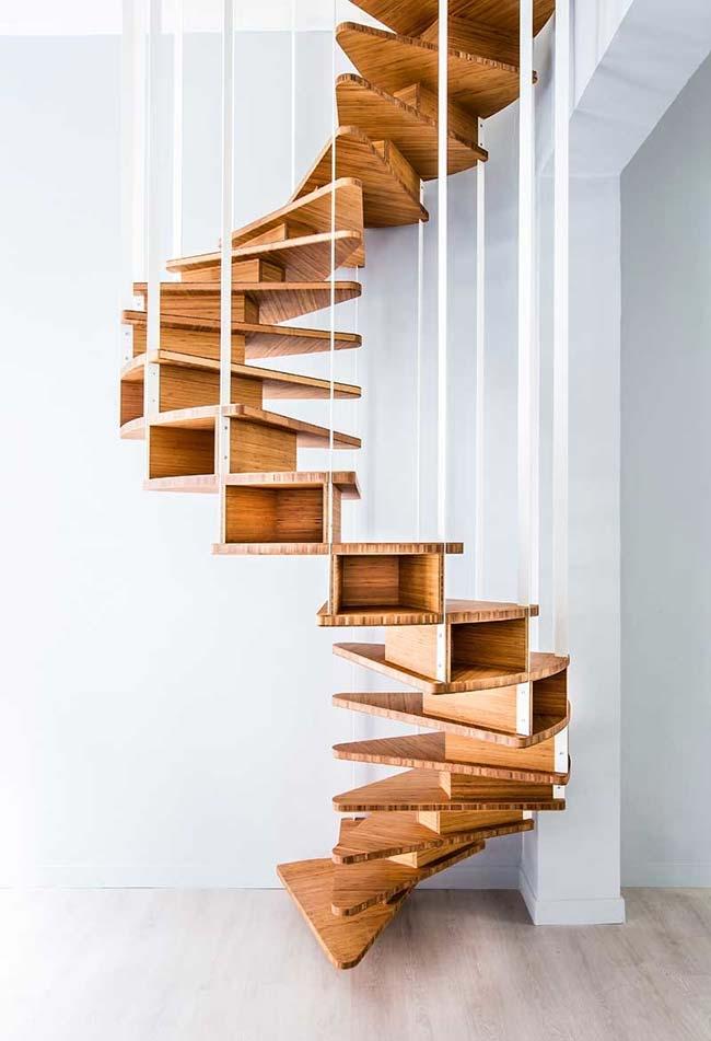 Escada espiral de madeira suspensa