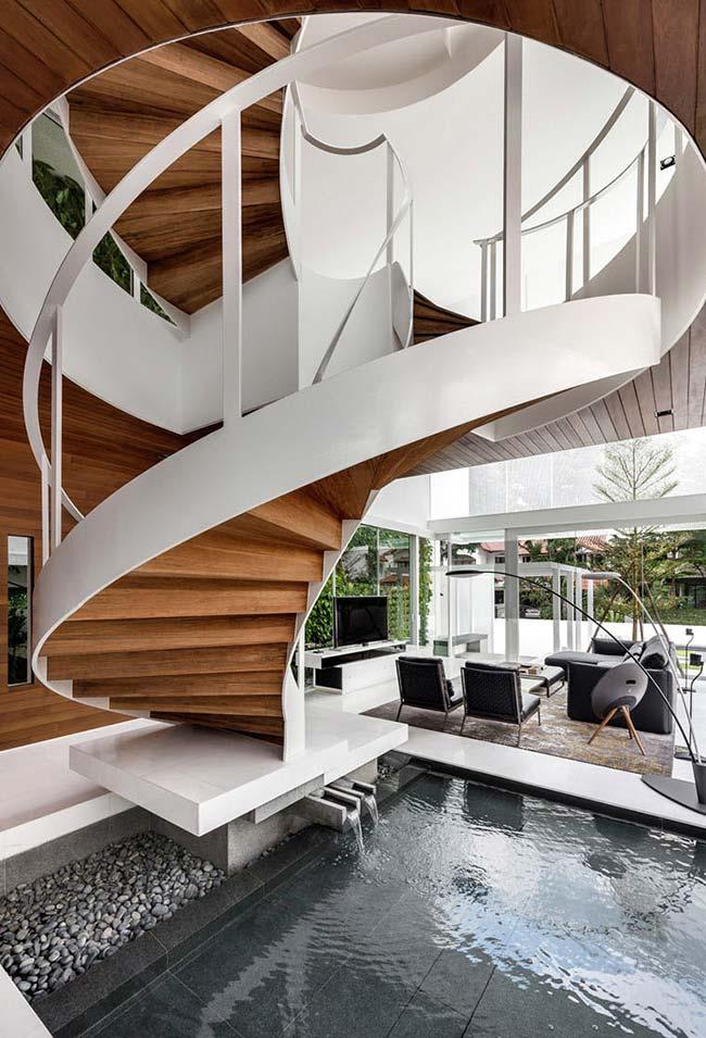 Para quem tem um espaço amplo, aposte em uma escada espiral larga como esta