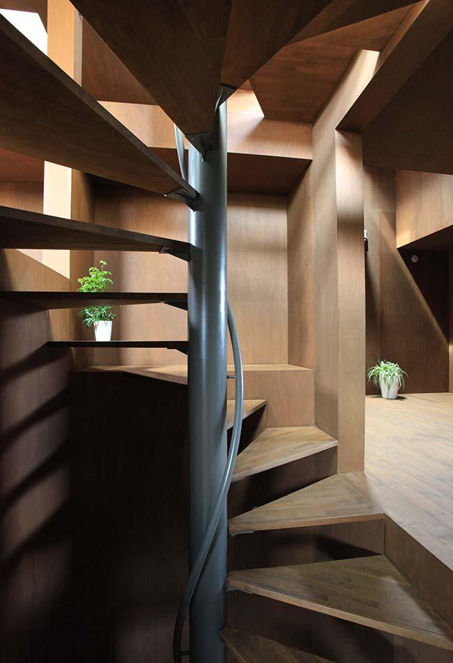 Escada espiral no ambiente de madeira