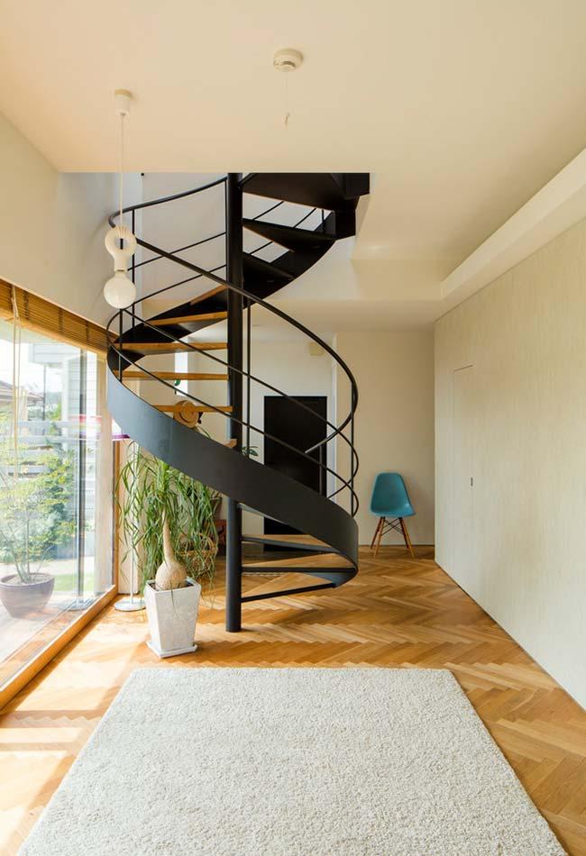 Escada espiral de ferro trazendo mais linhas curvas para esta sala
