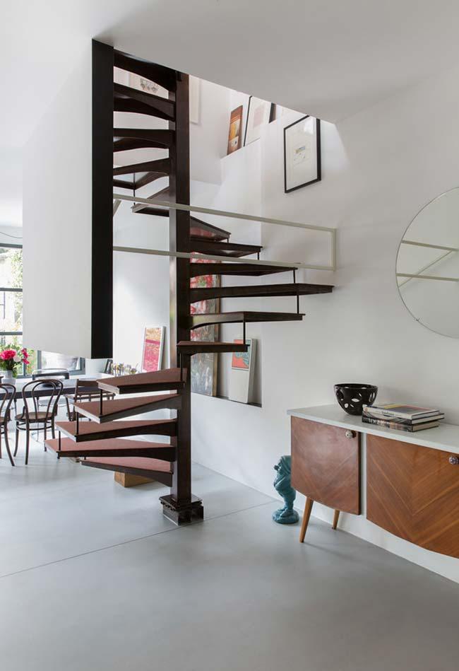 Escada espiral em um modelo quadrado