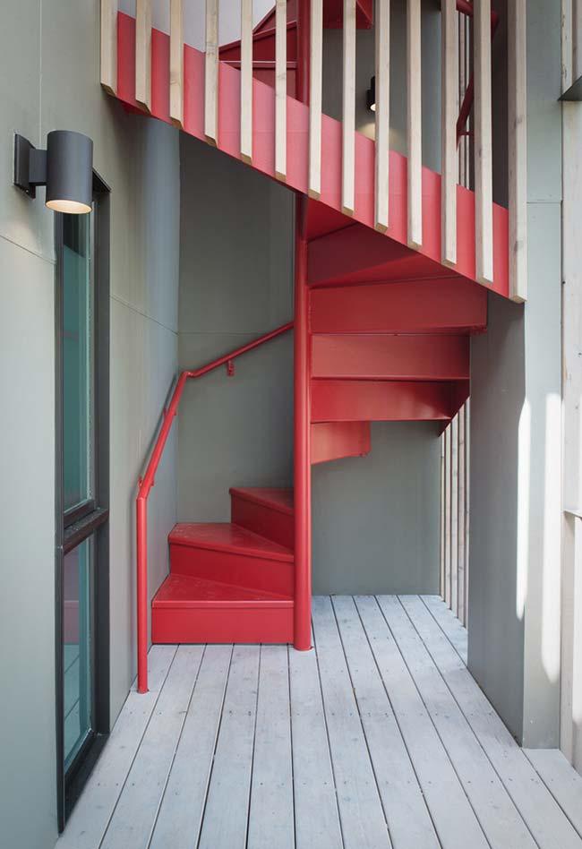 Escada espiral roubando todas as atenções com o seu vermelho vibrante
