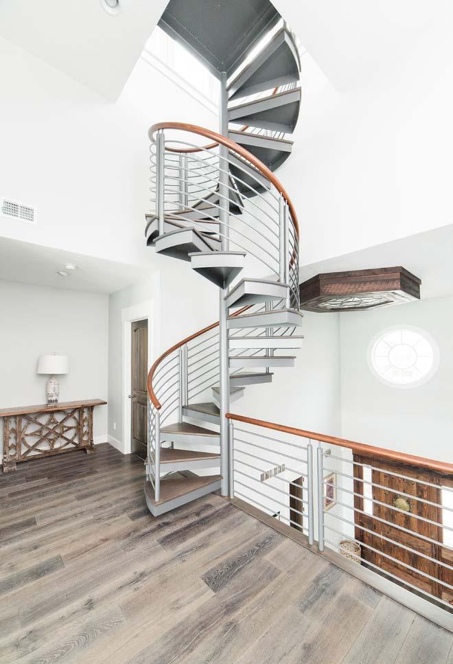 Muitas voltas nesta escada espiral para um ambiente com pé-direito alto