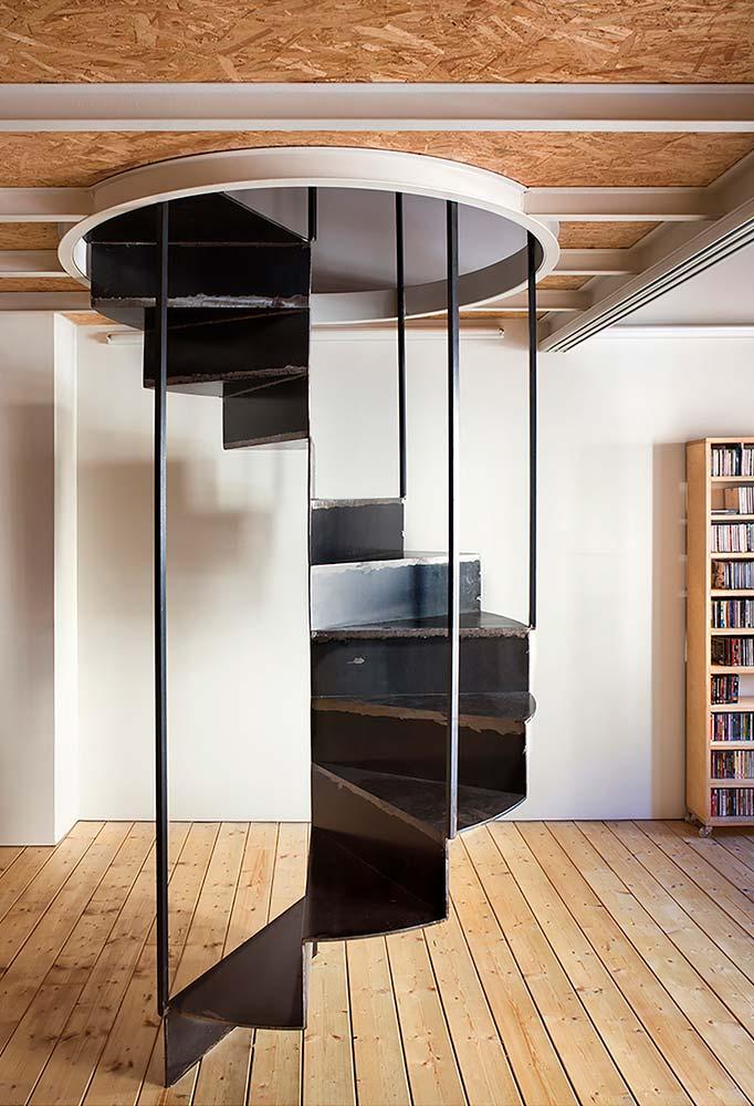 Escada espiral de metal com apoio suspenso