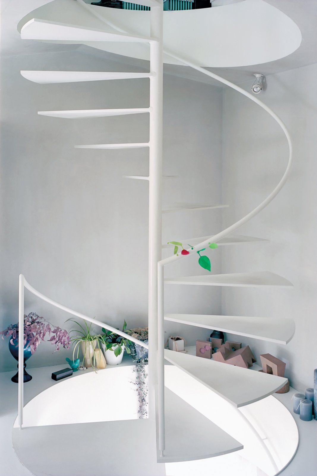 Delicada e quase imperceptível: escada espiral branca