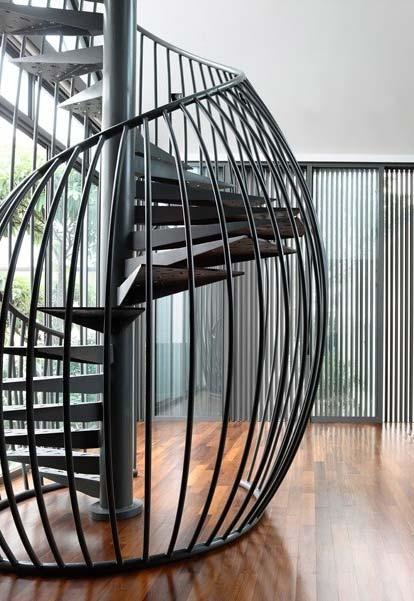 Escada espiral com corrimão no estilo ninho