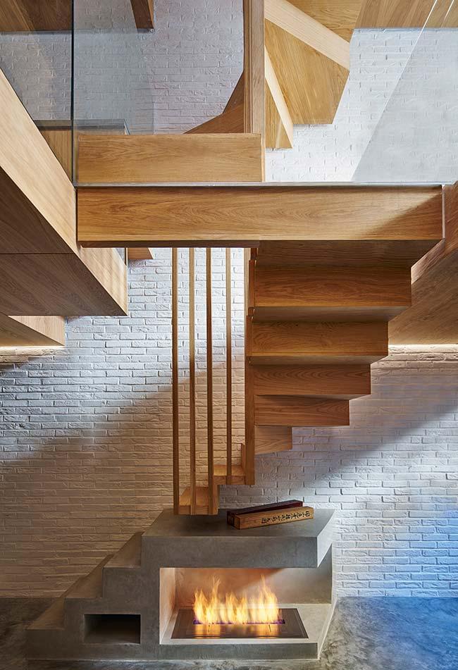 Escada espiral quadrada com divisão de materiais em segmentos