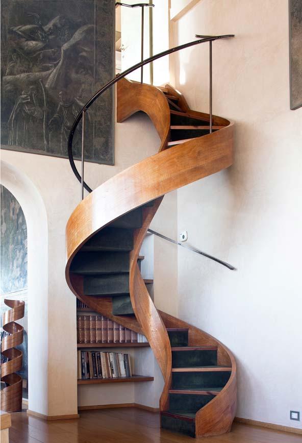 Escada espiral de madeira com um desenho tipo escorregador