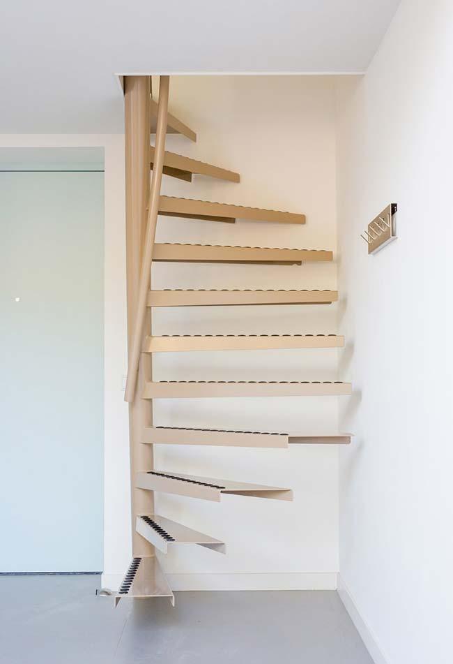 Degraus flutuantes: as escadas de metal com uma estrutura central, ganham esta leveza de degraus soldados que parecem estar flutuando no ar