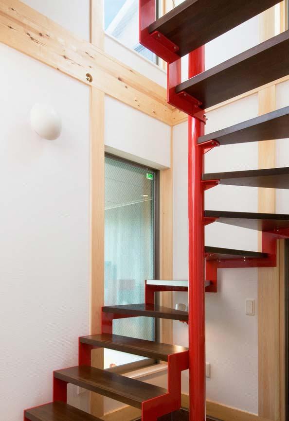 Destaque para a sua escada? Experimente usar um colorido nela