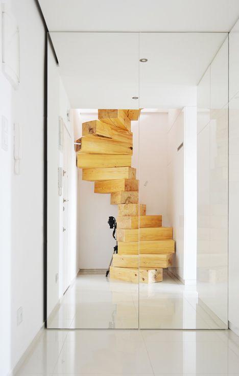 Escada espiral em madeira num estilo rústico-conteporâno