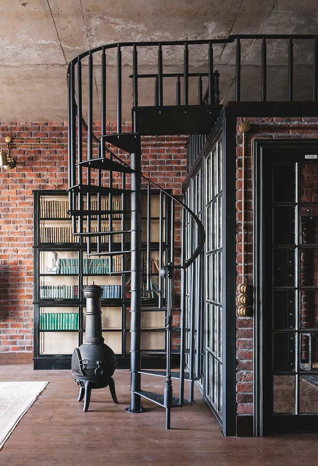 Estilo industrial e clássico nesta escada espiral em ferro