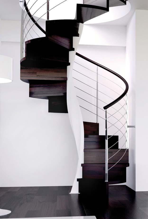 A elegância da combinação de madeira escura, branco e inox nesta escada espiral