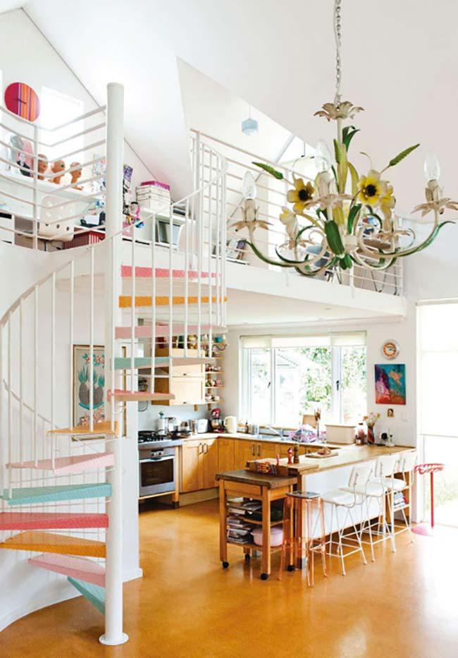 escada espiral em metal com degraus coloridos
