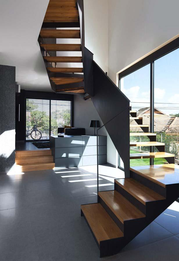 Aproveite a vista e a iluminação: uma escada espiral-reta alongada