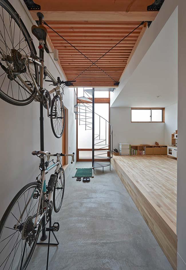 Super fina e dinâmica: escada em metal para áreas abertas e cheias de criatividade