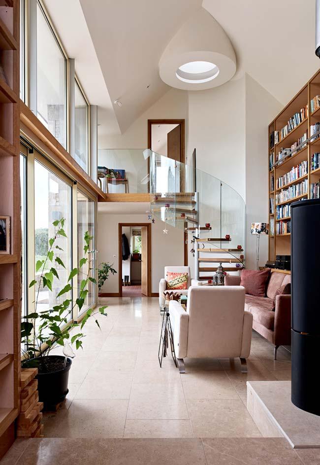 Escada espiral com corrimão em vidro