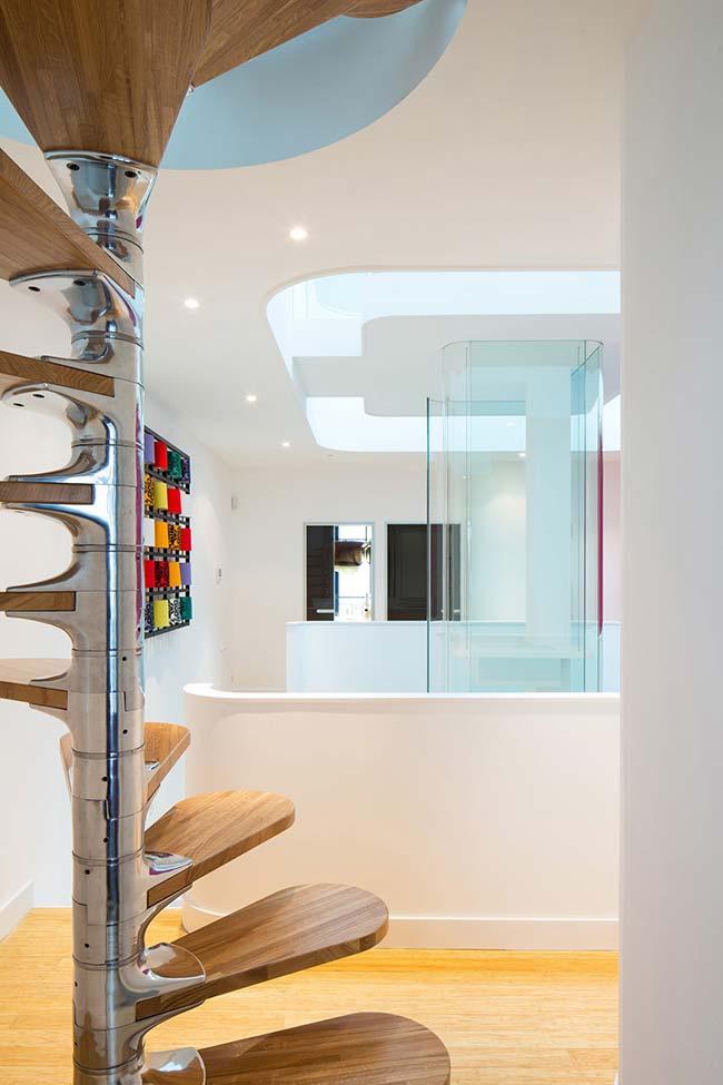 Detalhe desta escada de inox e madeira