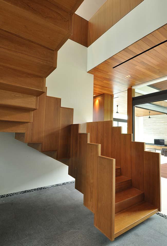 No mesmo princípio, esta aqui possui placas mais fechadas em madeira formando a estrutura e o corrimão da escada