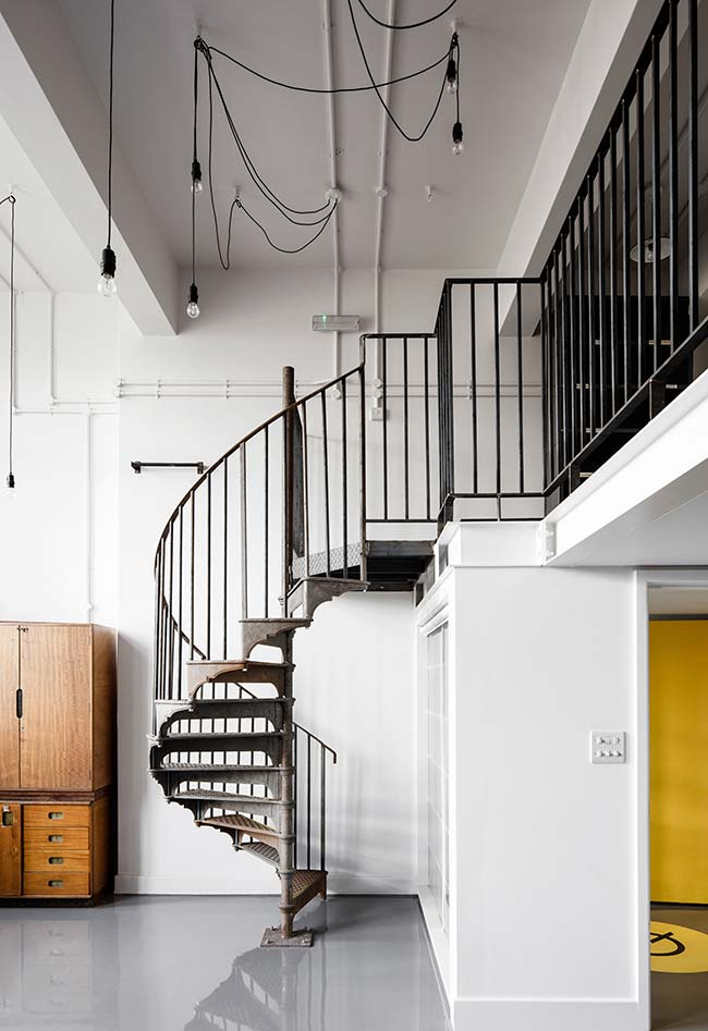 Outra escada antiga em ferro em um ambiente contemporâneo